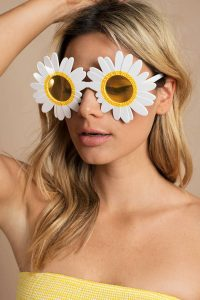 tobi.com - sunnylife kiss the sunset white daisy shaped sunglasses